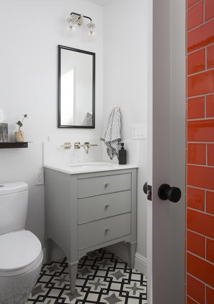 Residential A Traditional/Transitional Bathroom